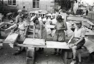 פועלות במפעל למוצרי בטון טרומיים בחיפה